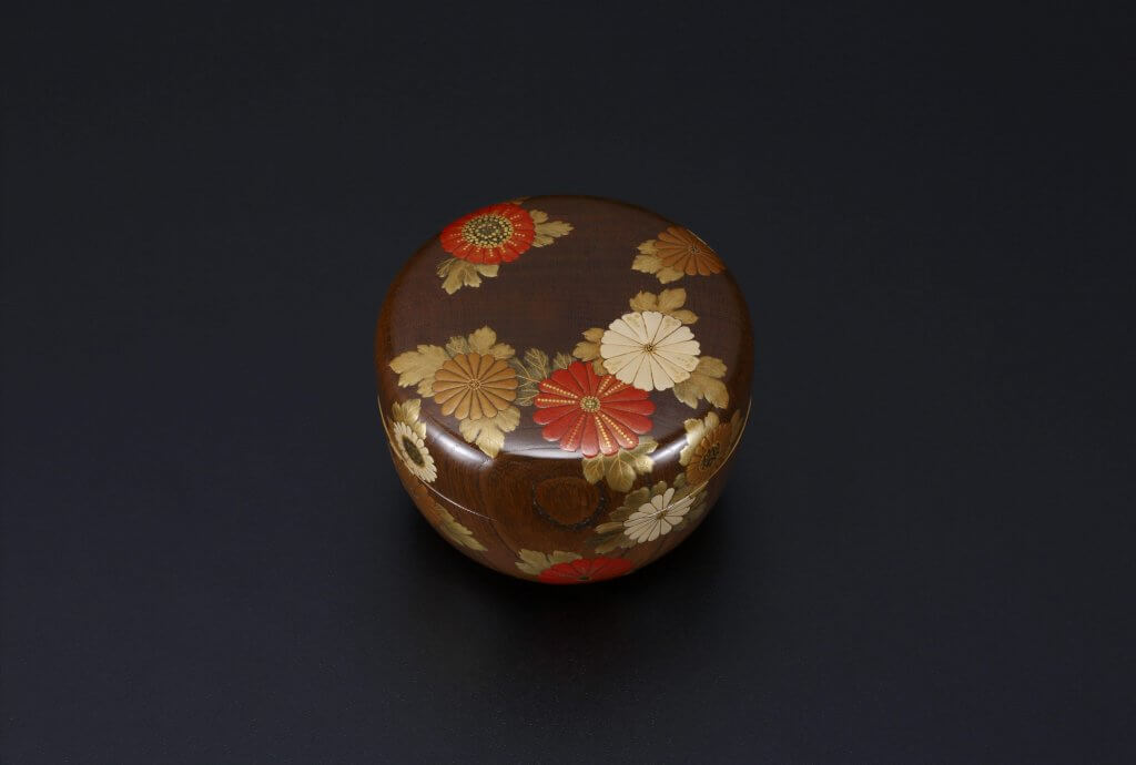 Old Zelkova Wood Tea Container With Design of Chrysanthemums in Maki-e
